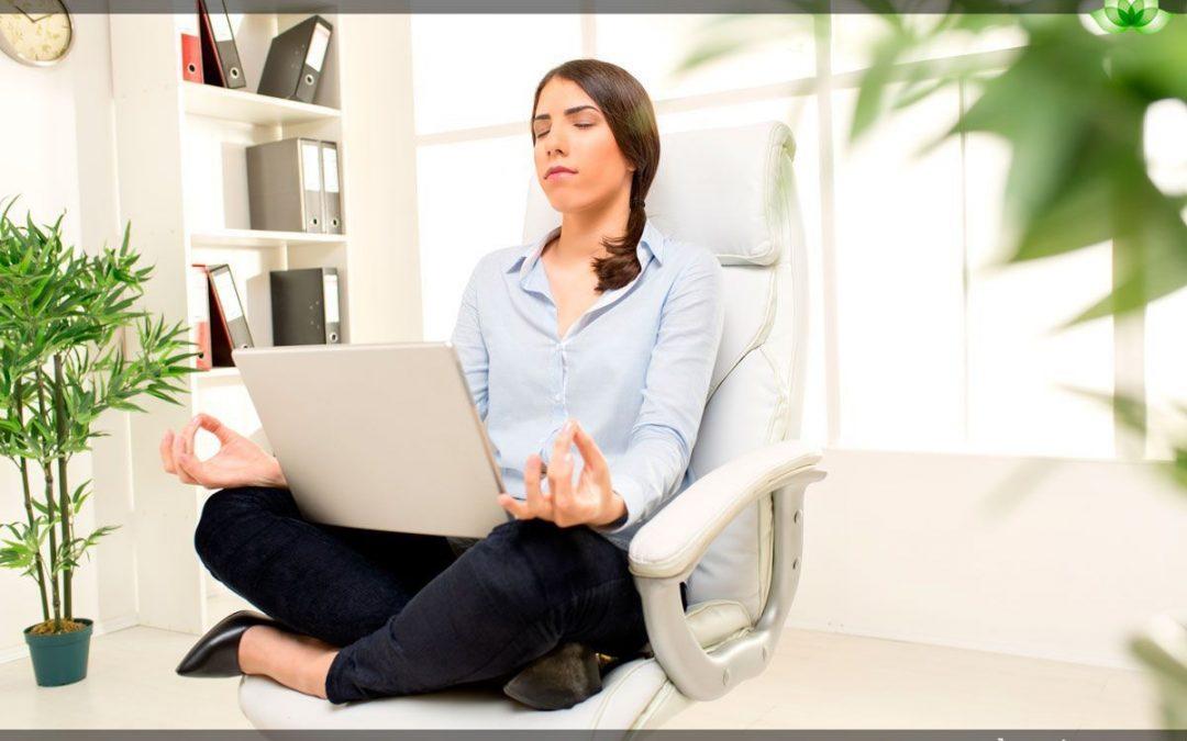 Yoga en la oficina ¡Reduce el estrés en la rutina!