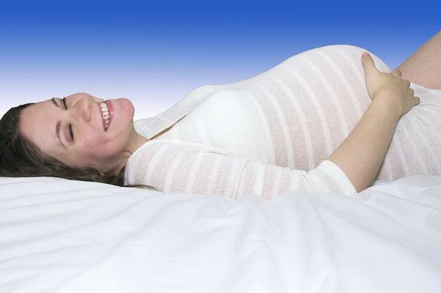 Mujer embarazada en rutina de ejercicios abdominales Hipopresivos