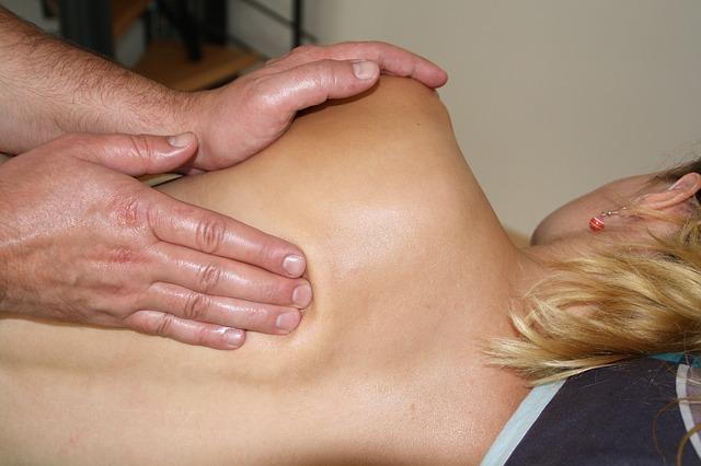 Paciente aprovechando las bondades de los masajes metamórficos