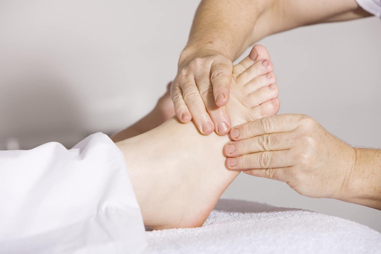 Libera el estrés con masajes relajantes en la palma de las manos y en la palma de los pies