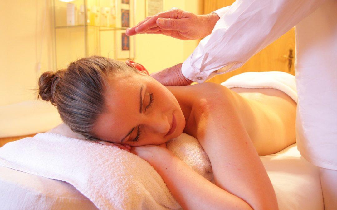 ¿Qué tipo de música se recomienda para realizar masajes relajantes y por qué?